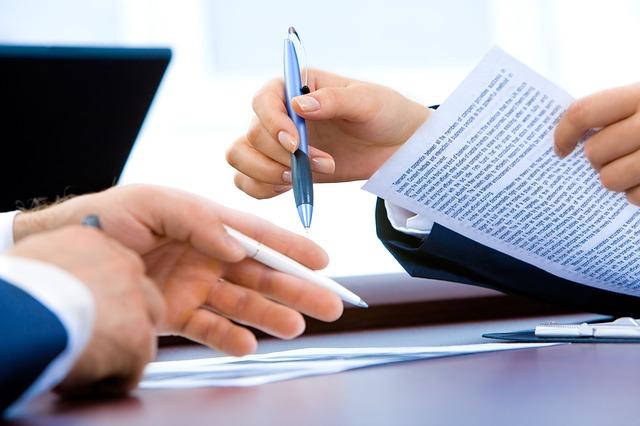 dokument v ruce