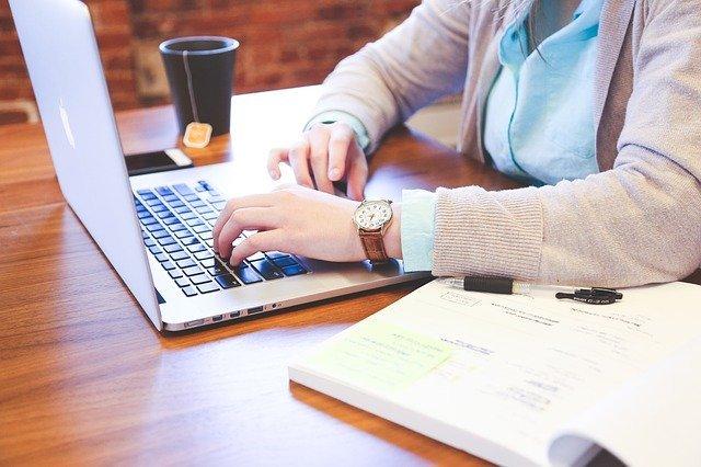 Člověk pracující na počítači, může pracovat jak v kanceláři, tak z domova